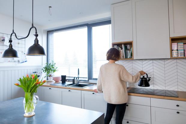Stonowana aranżacja kuchenna z intensywnymi akcentami była marzeniem pani Oli, właścicielki domu.