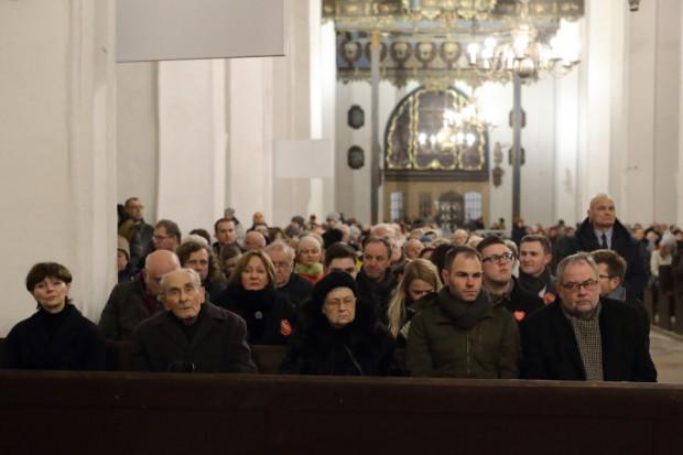 Podczas środowej mszy w Bazylice Mariackiej, ochroniarz stał przy ławce, w której siedziała Aleksandra Dulkiewicz.