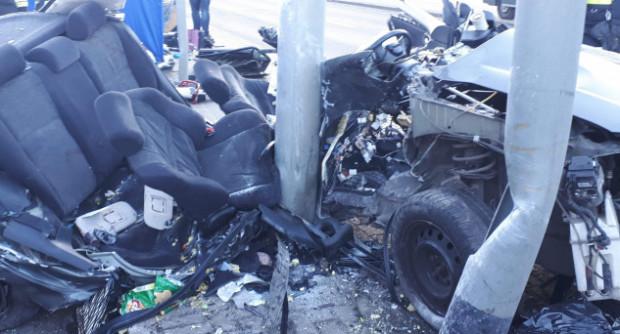 W wypadku na ul. Chwarznieńskiej zginęło trzech mężczyzn. Samochód po uderzeniu w słup został doszczętnie zniszczony.
