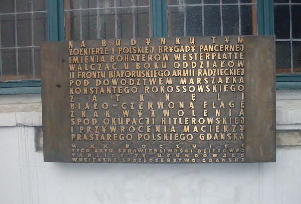 Przy okazji remontu elewacji zdemontowano też tablicę na Dworze Artusa.