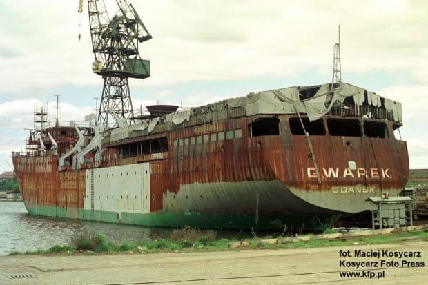 """Kadłub """"Gwarka"""" długo rdzewiał przy nabrzeżu w Stoczni Gdańskiej, zanim ostatecznie zmienił się w """"Royal Clipper""""."""