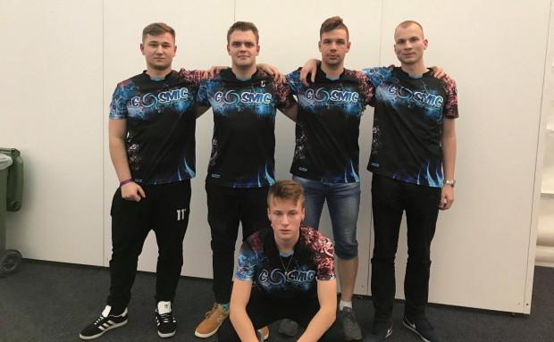 """W Polsce na profesjonalne zaplecze w Call of Duty musimy jeszcze poczekać. Jakub """"JanaseQ"""" Izdebski (drugi od lewej) oraz gracze Cosmic Energy zebrali 10 tys. zł i polecieli na turniej na Maltę, gdzie zaszli do ćwierćfinału."""