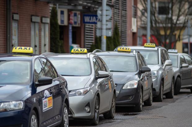 Od jesieni ubiegłego roku za przejazd taksówką w Gdańsku maksymalnie płacimy 4 zł za kilometr w I taryfie. Niezrzeszeni kierowcy uważają, że to szkodliwe przepisy i zaskarżyli uchwałę do WSA, a następnie NSA.