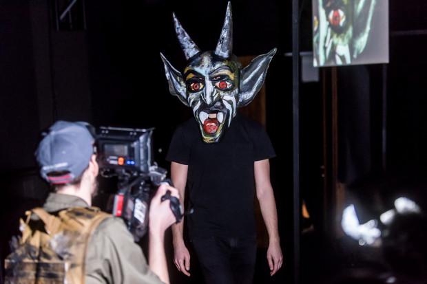 Moralitet Iredyńskiego reżyser Konrad Szachnowski pozostawia niemal bez retuszy. Podziwiamy więc kolejne maski Numeru Jeden (na zdjęciu), czyli kolejne próby manipulowania otoczeniem.