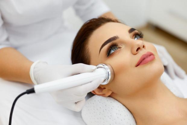 30 lat to idealny czas na rozpoczęcie systematycznej pielęgnacji kosmetologicznej w gabinecie oraz dobór odpowiednich zabiegów i urządzeń dostosowanych do profilaktyki starzeniowej.