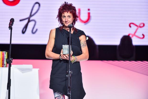 """Trochę trzeba było poczekać na nową książkę Salci Hałas. Od wydania jej debiutu minęły prawie trzy lata.  Na zdjęciu: Salcia Hałas w 2017 r. odbiera Literacką Nagrodę Gdynia za """"Pieczeń dla Amfy""""."""