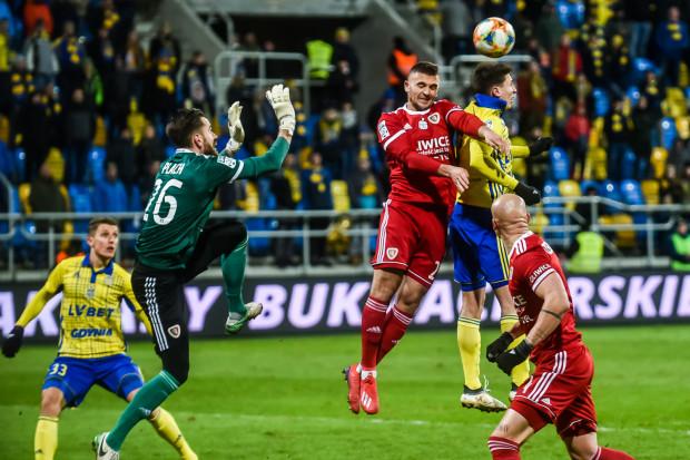Trzy ostatnie gole dla Arki Gdynia po stałych fragmentach gry strzelił obrońca Damian Zbozień (nr 33). Jednak w takich sytuacjach żółto-niebiescy więcej stracili niż zdobyli bramek w tym sezonie.