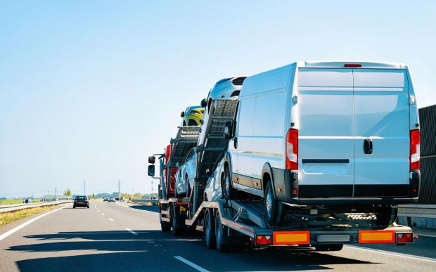Częsty obrazek na naszych drogach. Samochody używane z Zachodu sprowadzane są na potęgę.