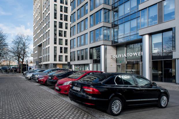Nawet jeśli wypełni się wszystkie miejsca parkingowe w promieniu kilometra od centrów biurowych w Oliwie, to i tak nie zmieści się na nich więcej niż 4 tys. samochodów. To oznacza, że 80 proc. pracowników dojeżdża do pracy komunikacją miejską lub rowerem.