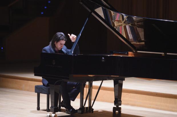 """Koncert """"W stronę północy"""", który odbędzie się 29 marca w Filharmonii Bałtyckiej, będzie jednym z najciekawszych wydarzeń miesiąca. Partię solową w I Koncercie b-moll Piotra Czajkowskiego wykona Georgijs Osokins (na zdj.) a Orkiestrę PFB poprowadzi Łukasz Borowicz."""