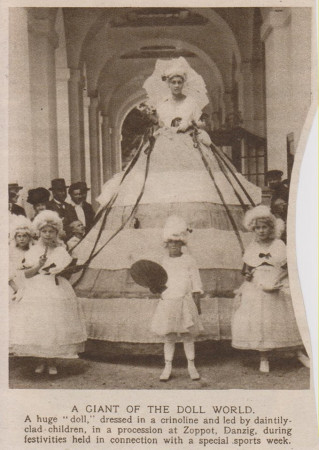 Wycinek prasowy z jednej z angielskich gazet przedstawiający tzw. Lalkę Herbacianą, postać znaną ze słynnego pochodu, który odbywał się  latem w kurorcie. Była ona inspiracją dla plakatu pierwszego Sopockiego Karnawału.