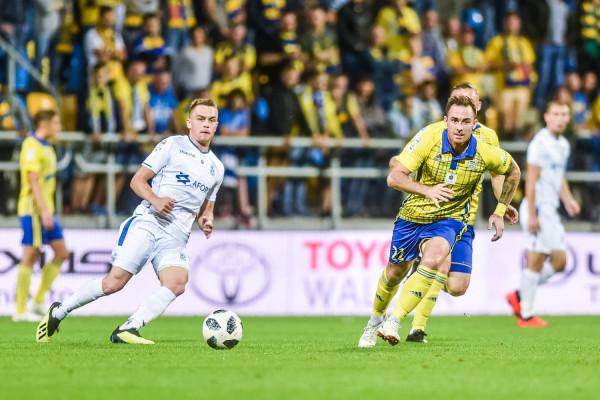 Arka rozegrała wyrównany mecz z Lechem, ale nie zdobyła żadnego punktu. Rywale zrewanżowali się za porażkę w Gdyni w poprzedniej rundzie 0:1, wygrywając w takim samym stosunku. Na zdjęciu Michał Janota i Maciej Gajos.
