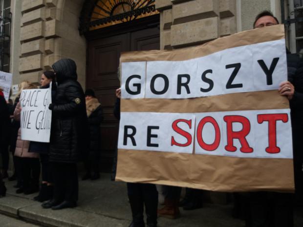 Pracownicy sądów w grudniu protestowali przeciw zbyt niskim płacom. Codziennie ogodz. 12 wychodzili przed gmachy sądów iprzez 15 minut stali wmilczeniu. Dziś manifestowali w Warszawie.