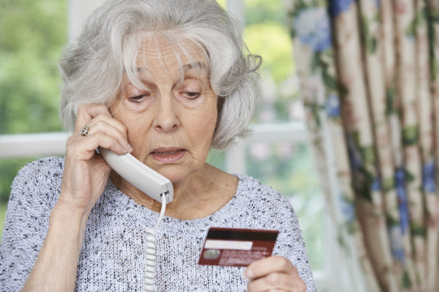 Oszuści cały czas wyłudzają pieniądze od starszych osób, podając się przez telefon za krewnego lub policję.