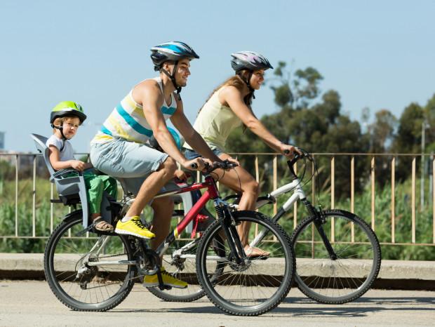 Rodzinna wycieczka rowerowa to świetny pomysł na wspólne spędzenie czasu.