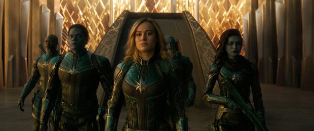 Vers (Brie Larson) przypadkowo trafia na Ziemię. To właśnie tutaj wojowniczka rasy Kree odkryje tajemnicę swojego pochodzenia i niezwykłych mocy. Przy okazji ocali też Ziemię przed inwazją z kosmosu.