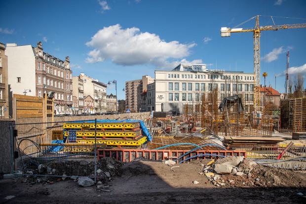 Budowa kolejnej części siedziby LPP przy Łąkowej zaczyna być widoczna nad ziemią. Kompleks trzech powstających tu budynków ostatecznie zakończony będzie na przełomie 2021 i 2022 roku.