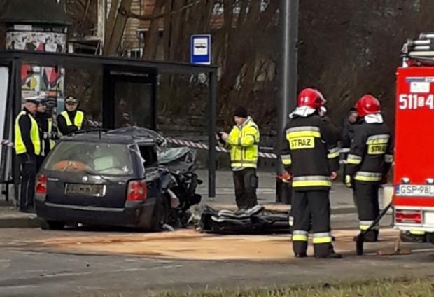 W piątkowym wypadku zginęły dwie osoby - pasażerowie samochodu, który uderzył w przystanek.