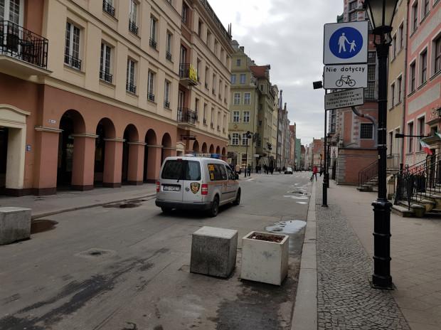 Za znak C-16 mogą wjeżdżać tylko pojazdy posiadające identyfikatory wydane przez Gdański Zarząd Dróg i Zieleni - w tym straż miejska. To także strefa zamieszkania, co oznacza, że można tam parkować tylko w wyznaczonych miejscach, a tych nie ma - bo to deptak.