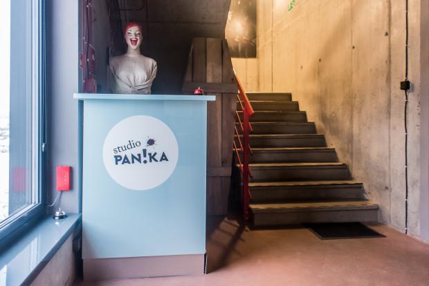 """Już od samego progu możemy przekonać się, że zespół Studia Panika ma poczucie humoru. Recepcją biura """"zarządza"""" manekin Helena."""