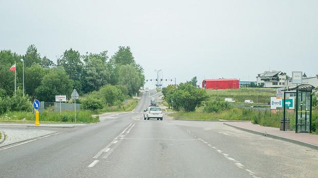 Kierowcy jeżdżący ul. Budowlanych zyskają trzeci pas ruchu. Będzie on prowadził w kierunku ronda. W stronę przystanku PKM pozostanie jeden pas.