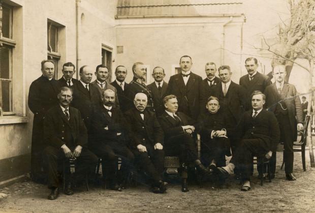 Członkowie Tymczasowej Rady Miasta Gdyni, Augustyn Krauze (stoi piąty z prawej), kwiecień 1926. Fot. Roman Morawski. Ze zbiorów Muzeum Miasta Gdyni.
