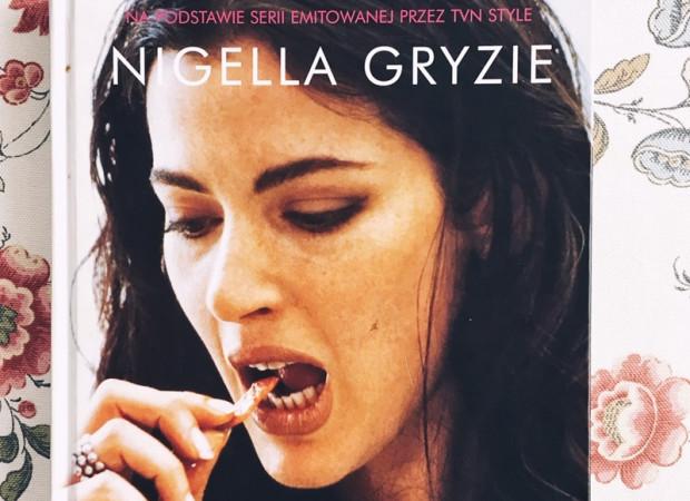 Co pociąga mnie w programie Nigelli, że ciągle do niego wracam? Prostota i naturalność. Lubię zaglądać do pełnego książek kulinarnych mieszkania prowadzącej, buszować po półkach jej spiżarni i zamrażarki.