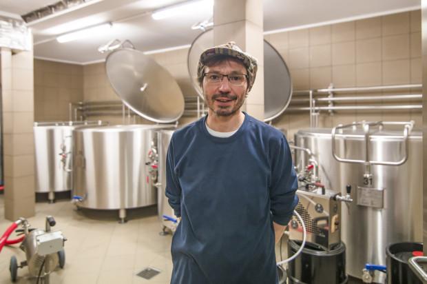 Johannes Herberg, główny piwowar browaru PG4 w fermentowni, w której czuwa nad procesem powstawania piwa jopejskiego.