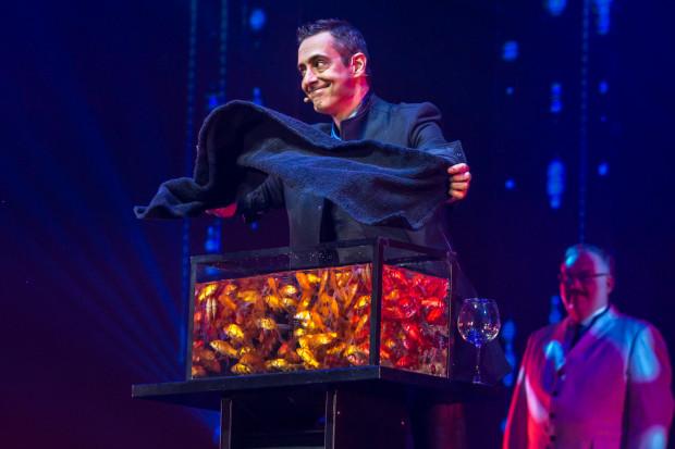 Luís de Matos nie tylko bawił publiczność magicznymi sztuczkami, ale i wprawił w zachwyt błyskotliwą konferansjerką. Dzięki niemu  pokaz złożony z prezentacji tak wielkich indywidualności stanowił spójną całość.