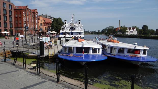 Miejskie tramwaje wodne (na pierwszym planie) wystartują 1 maja, jednak za bilet trzeba będzie zapłacić nie 10, a 20 zł.