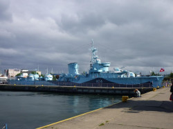 ORP Błyskawica cumuje w Gdyni, przy Molo Południowym.