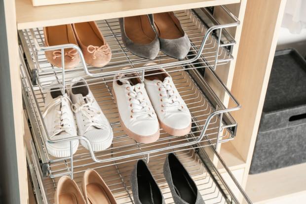 Ideałem byłoby, gdyby buty w szafie stały na oddzielnej półce, bo trzymane w pionowej pozycji nie zniszczą się oraz nie odkształcą.