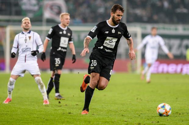 Żółta kartka dla Błażeja Augustyna w meczu z Piastem oznacza dla niego absencję w derbach z Arką Gdynia. Tym samym zagrożonych jest jeszcze trzech piłkarzy biało-zielonych.