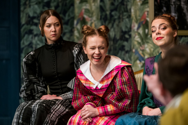 Męża bardzo chce mieć Agafia, która w interpretacji Weroniki Pryczkowskiej (w środku) jest dojrzewającą nastolatką, odkrywającą swoją seksualność. Na zdjęciu w otoczeniu Ciotki (Dorota Stefańska, po lewej) i Swatki Fiekły (Dominika Kozak, po prawej).