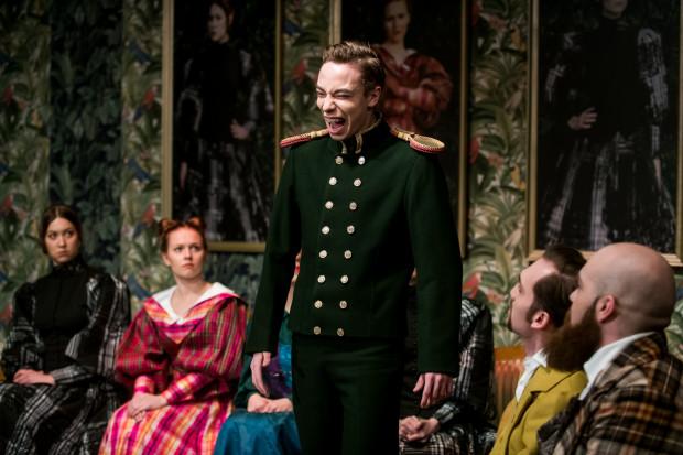 Świetny epizod ekscentrycznego Żewakina buduje Wojciech Dolatowski (w środku).