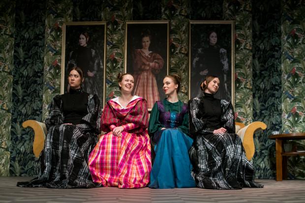 Dowcipną scenografię pełną rustykalnych motywów, z obrazami pań domu w centralnej części, oraz potraktowane z przymrużeniem oka XIX-wieczne kostiumy bohaterów przygotowała Katarzyna Zawistowska.
