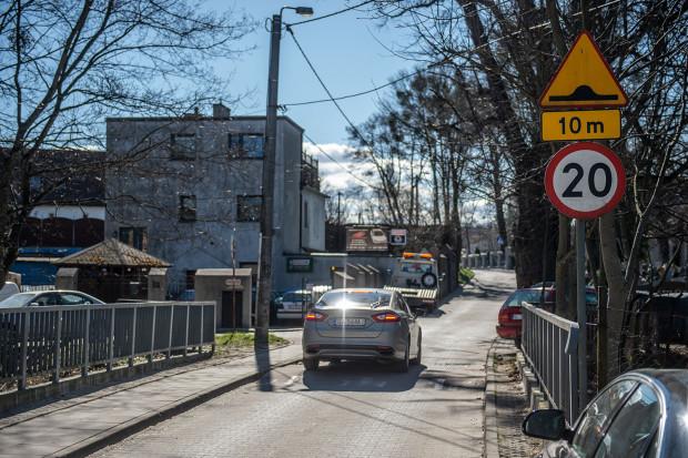 Kierowcy jadący wolno przejeżdżają bez żadnych uszkodzeń.