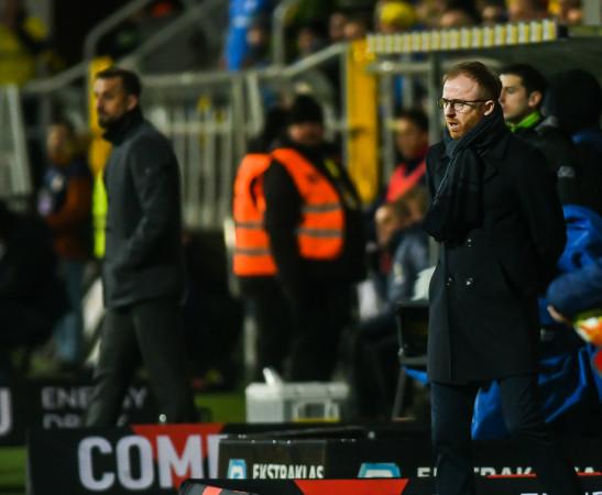Piotr Stokowiec jest zbulwersowany tym, w jakich okolicznościach kluby rozstają się z  trenerami. Natomiast Zbigniew Smółka, zwolniony tuż przed derbami, dziękował właścicielowi Arki, że mógł pracować tak długo.