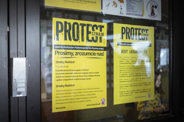 Nauczyciele walczą o podniesienie płac i poprawę warunków zatrudnienia.