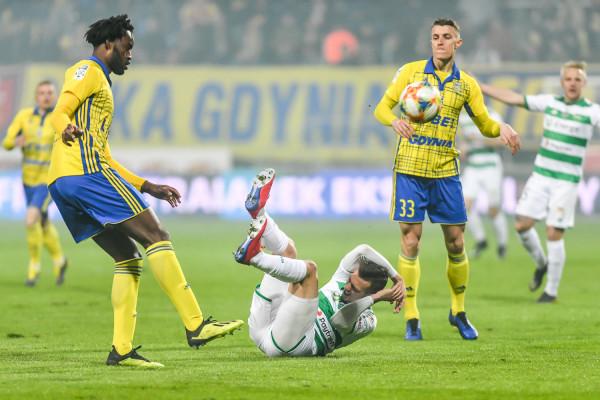 """Damian Zbozień (nr 33) dziękuję kibicom Arki Gdynia za wsparcie, bo grał w klubach, w których podobnych sytuacjach fani nie trzymali """"ciśnienia""""."""