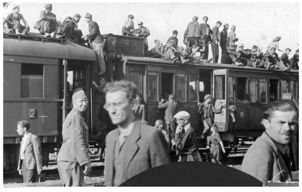 Pociąg osobowy z wagonami II i III klasy na peronie. Zdjęcie wykonane podczas II wojny światowej.