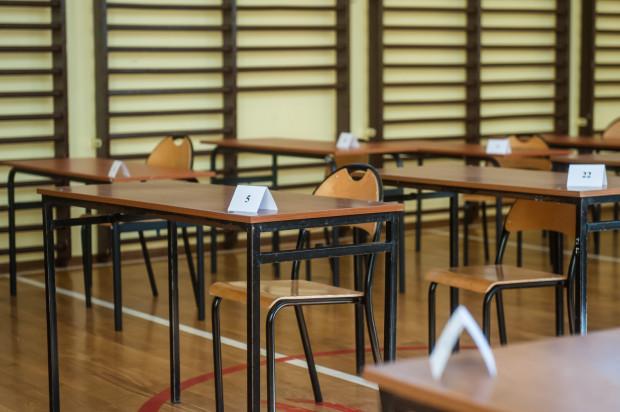 Dyrektorzy szkół mają obowiązek poinformować rodziców swoich uczniów, czy w danej placówce w kolejnych dniach będą się odbywać zajęcia.