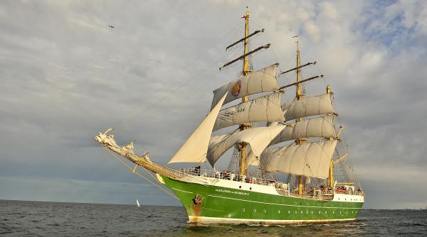 Alexander von Humboldt 2 podczas krótkiego epizodu z białymi żaglami. Teraz ma zielone.
