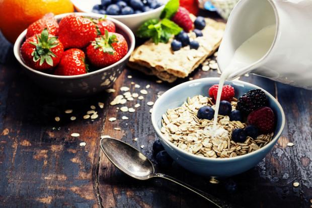 Płatki owsiane na śniadanie to dobry pomysł, o ile są odpowiednio skomponowane. Nie powinno zabraknąć w nich między innymi białka.