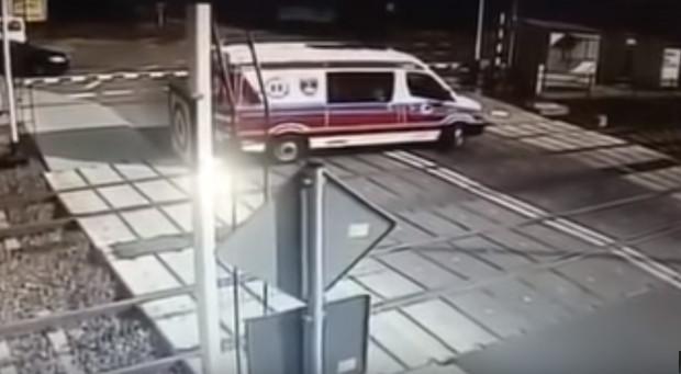 Sekundy przed tragicznym zderzeniem pociągu z karetką.
