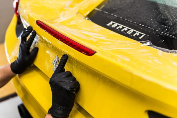 Na zabezpieczenie lakieru folią ochronną najczęściej decydują się właściciele luksusowych samochodów.