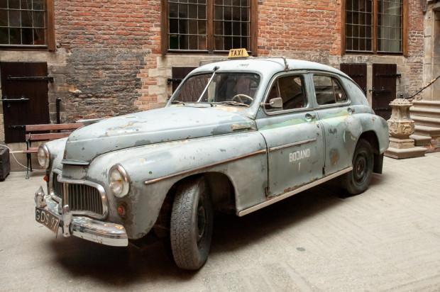 Największym eksponatem, który pozwoli zwiedzającym przenieść się w realia lat 60., jest samochód marki Warszawa, który został wystawiony na dziedzińcu Ratusza Głównego Miasta.