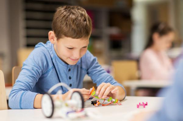 Dzieci korzystają z zajęć zorganizowanych przez instytucje kultury itp.