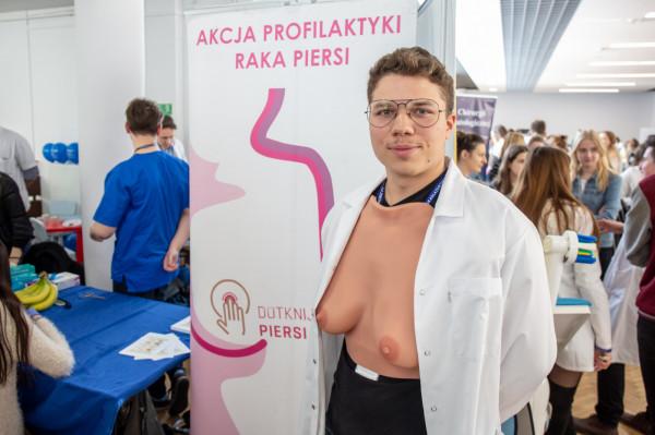 Studenci zachęcali do wykonywania badań profilaktycznych.