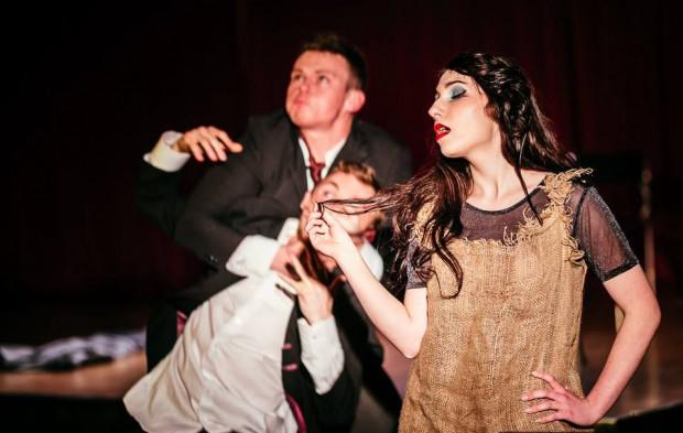"""Spektakl """"Czekając na Godota"""" zainaugurował teatralną działalność sceny teatralnej ACK """"Alternator""""."""